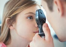 目の前を黒い影が飛ぶ症状、放置で失明危機も