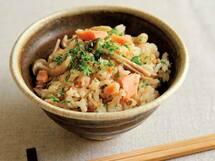 秋の味覚がてんこ盛り! バターが香る「鮭ときのこの炊き込みご飯」のレシピ