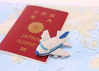 海外旅行中の病気や盗難に備える「ミニ保険」