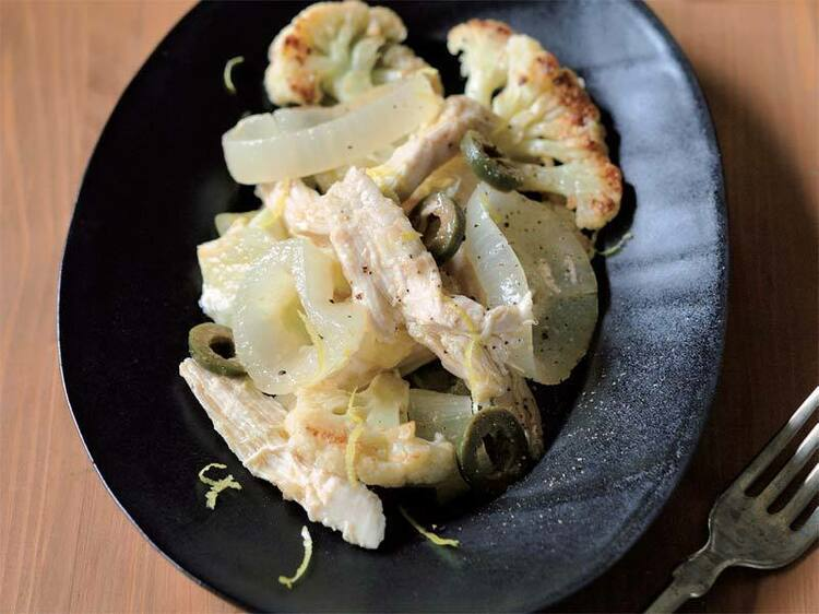 クミンが香る大人の一皿「蒸し鶏と玉ねぎ、焼きカリフラワーのマリネ」のレシピ